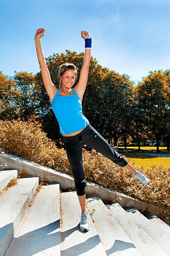 KNEBØY: Skyv deg opp til kneet er strakt på det øverste beinet, samtidig som du løfter det nederste beinet ut til siden. Hold litt før du senker ned.
