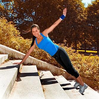 ROTASJON MED STREKK: Stå i plankeposisjon med hender i skulderbredde.