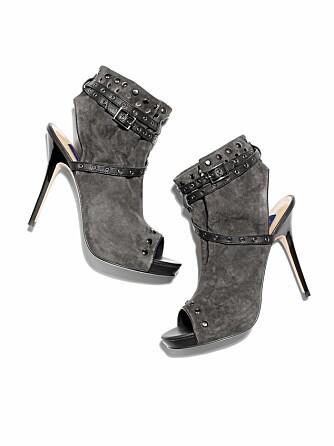 GRÅ FAVORITTER: De små nagledetaljene og skinnremmene gjør skoene unik. Kombiner dem med bukser som er smal i bena eller en kul oversized kjole.