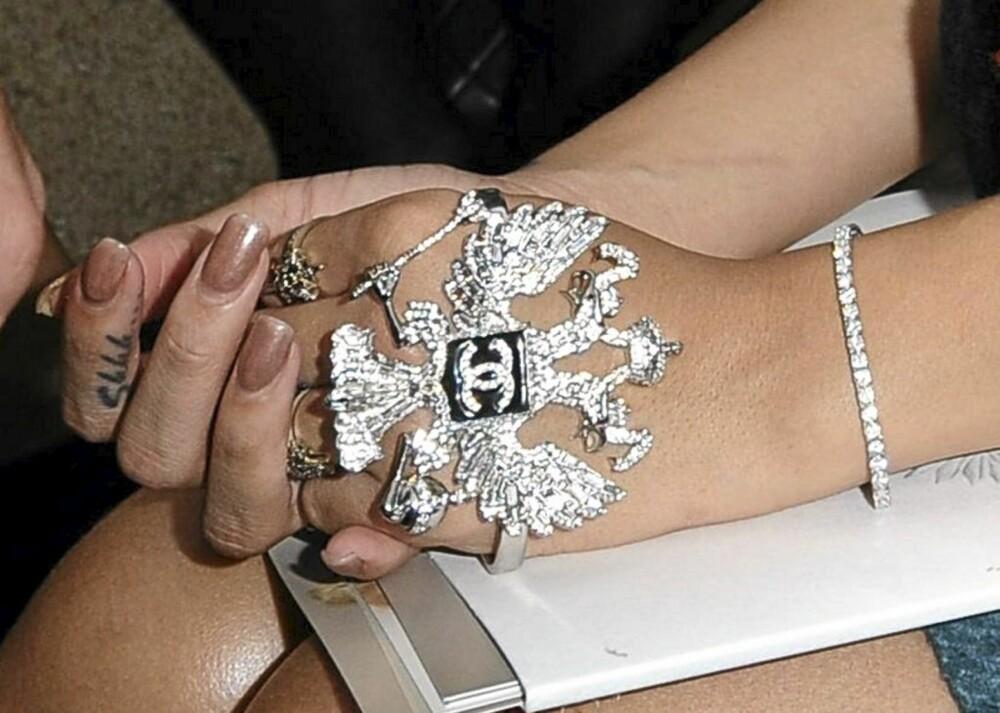 STATEMENTRING: Rihanna glimter til med en ring med litt størrelse på. (eller er det et håndsmykke?).Ringer av denne størrelsen kan du for øvrig bruke til å forsvare deg mot innpåslitne karer på byen.