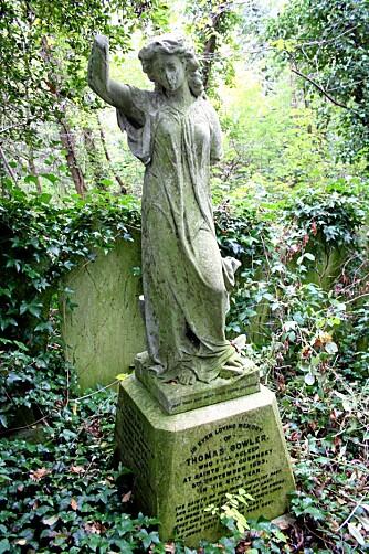SPESIELT: Highgate Cemetery er en privat kirkegård i London som ble åpnet tidlig i det 19. århundre. Ta turen neste gang du er i storbyen - det er spesielt å vandre mellom de snart 200 år gamle gravene.