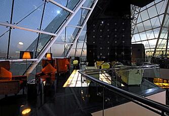GLASSTAK: Den eksklusive baren China Moon Champagne bar hører til Raffles Dubai Hotel.