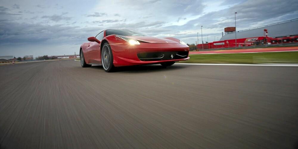 LIDENSKAP OG YTELSE: 2010-nyheten 458 Italia er en av de mest moderne sportsbilene du kan få. Bilens budskap er ikke bare dyp lidenskap og ekstrem ytelse, men også fra Ferrari-fabrikken et uttrykk for teknologisk nivå og ledelse.