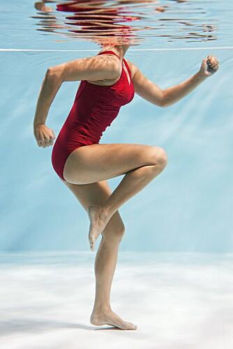 ØVELSE 1 - JOGGEREN: Løp fremover i vannet med høye kneløft. Kroppen skal være lett fremoverbøyd. Bruk armene aktivt.