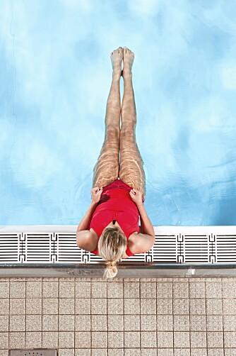 ØVELSE 5 - BEINLØFT: Len albuene på bassengkanten. La beina henge strake rett ned i vannet. Hold beina samlet og løft dem rett opp til de er vannrette. Senk dem ned til utgangsposisjon og gjenta.