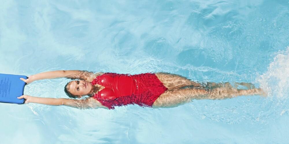 ØVELSE 8 - BEINSPARK: Løft armene over hodet med et brett i hendene. Legg deg bakover i vannet og padle med beina. Hold bekkenet stabilt. Bruk kun beina.