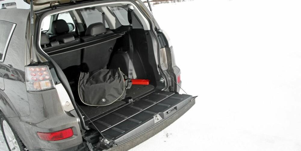 PLASS: Selv med sju seter i bruk har man noe bagasjeplass. Legg ned de to bakerste, så blir plassen virkelig god.