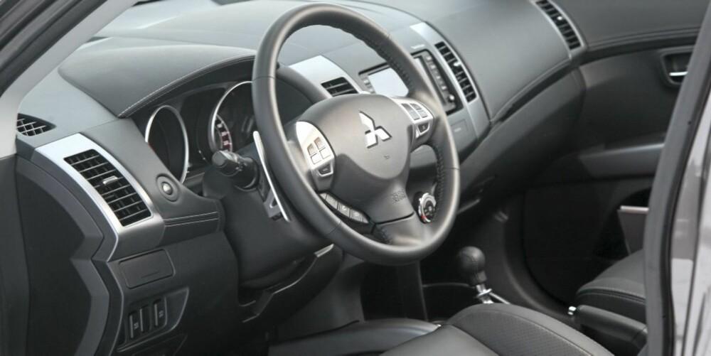 ENKELT: Førermiljøet i Mitsubishi Outlander er enkelt og oversiktlig. Men manglende dybdejustering av rattet ødelegger mye.