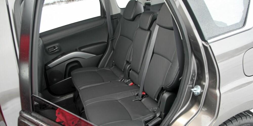PRAKTISK: I baksetet på Mitsubishi Outlander har man det bra, selv om man er lang.