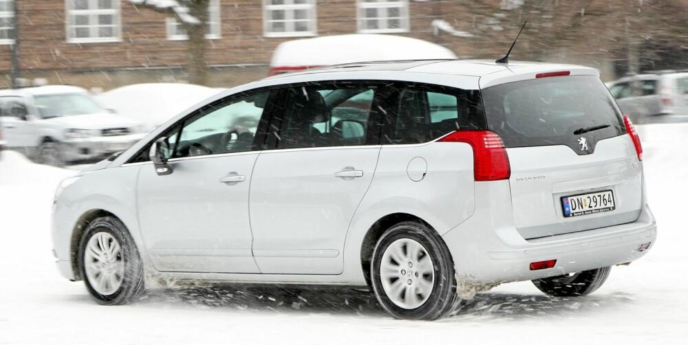 RYDDIG: Peugeot 5008 er en ryddig bil på veien. Den finner ikke på noen sprell, selv om understellet gjerne kunne taklet de brå ujevnhetene bedre.