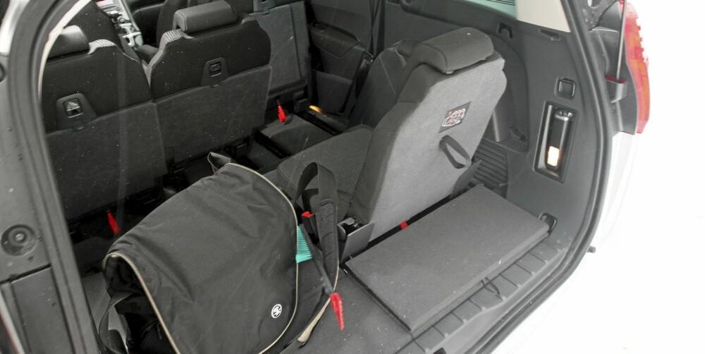 IKKE MYE: Med alle sitteplassene i bruk, er det ikke mye bagasje du får med. Det er imidlertid lett å rydde unna seter så du får mer plass.