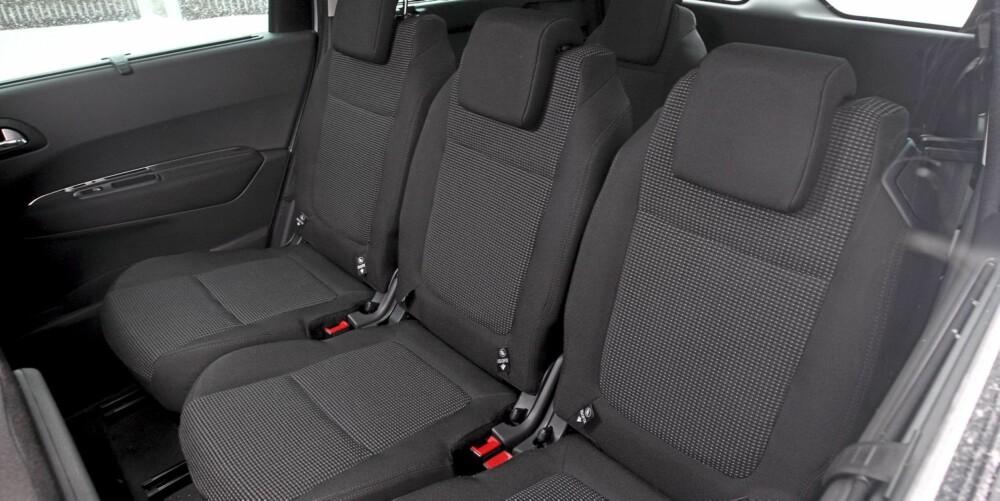 LITT SNAU: Alle sitter like godt på andre seterad, men takhøyden kunne godt vært bedre i vår glasstakutstyrte testbil.
