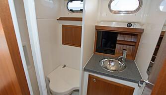 KOMBILØSNING: Ryddig dusj- og toalettrom gjør det enkelt å være på langtur. (FOTO: Terje Bjørnsen og Viknes)