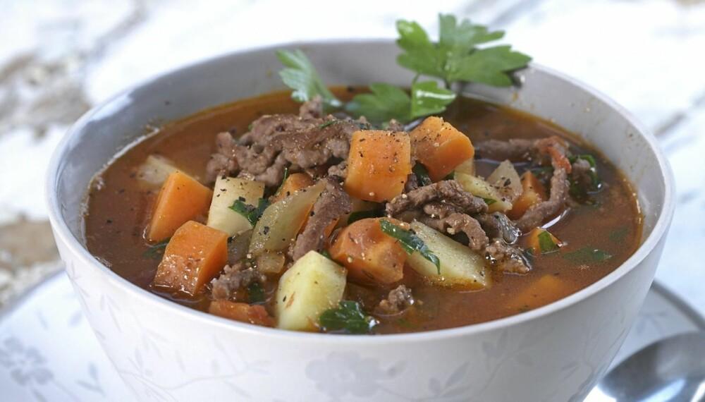 TITT I KJØLESKAPET: Hjemmelaget suppe er en glimrende anledning til å få i barna sunn mat som de ellers ikke vil ha. Det er også en mulighet til å tømme kjøleskapet for grønnsaker og hermetikk.