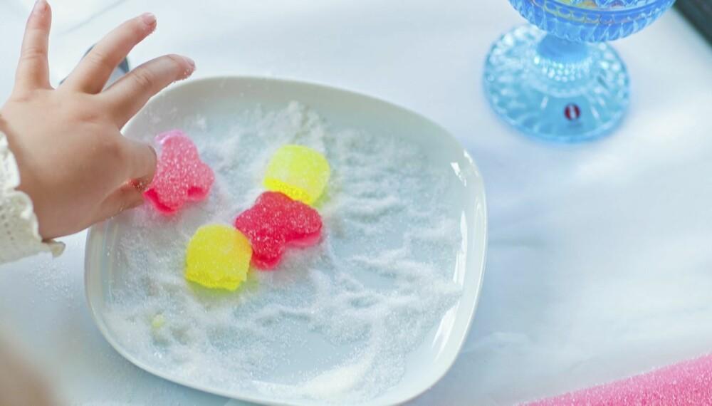 HJEMMELAGDE SEIGMENN: La barna stikke ut fine seigmenn med små pepperkakeformer, eller gjør det helt enkelt: Klipp i passe munnfullbiter med en saks. Rull i sukker blandet med sitronsyre.