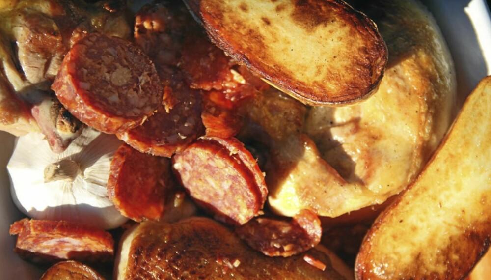 OPPSKRIFT PÅ KYLLING: En enkel måte å få mye smak er å bake den sammen med chorizo.