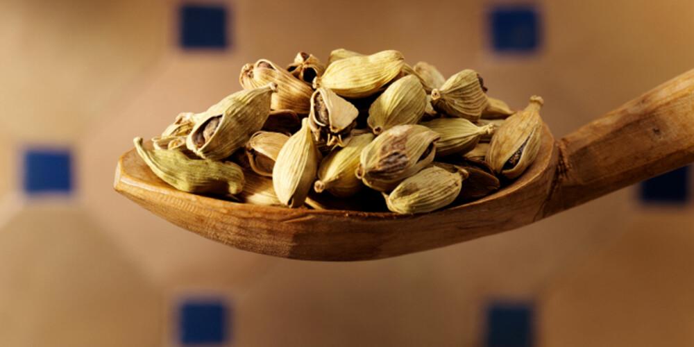 GRØNN KARDEMOMME: Vanlig krydder i indisk te.
