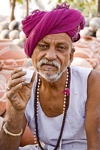 INDISK TEDRIKKER: Pottemakeren nyter sin te om morgenen.