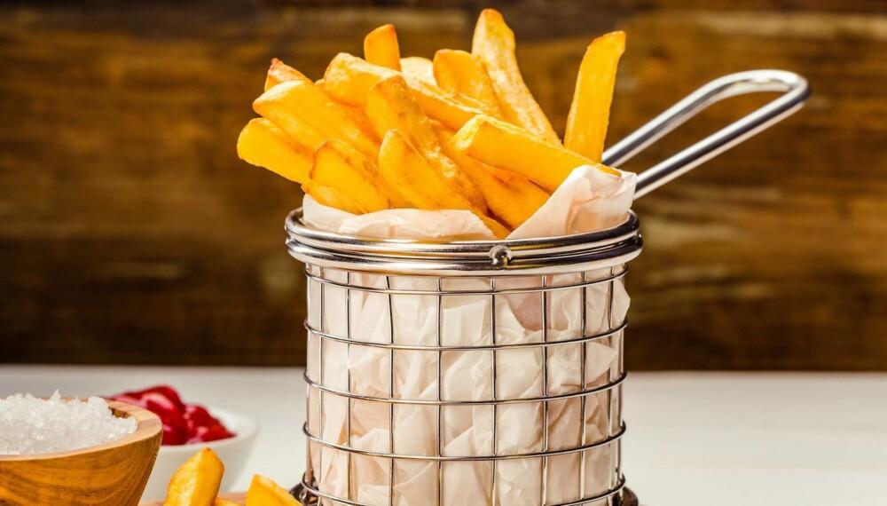 PERFEKT: Sprø pommes frites med salt og ketchup. Veldig enkelt og veldig godt.