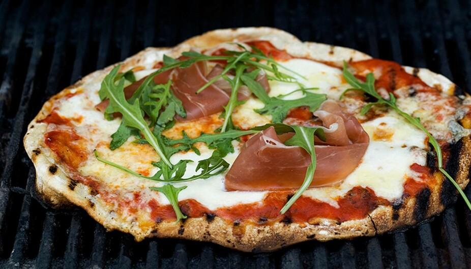 GRILLMAT: Pizzaen blir helt fantastisk god om du steker den på grillen.