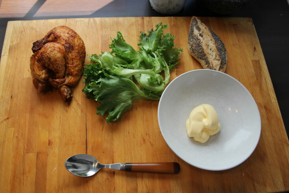 Her er alt du trenger: Kylling, rundstykke, majones og salat.