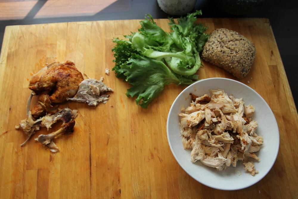 Plukk kjøttet fra kyllingen.