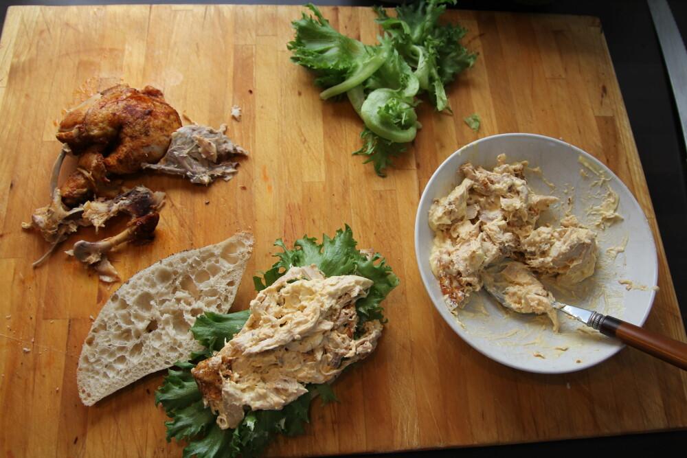 Legg kyllingkjøttet på salaten.