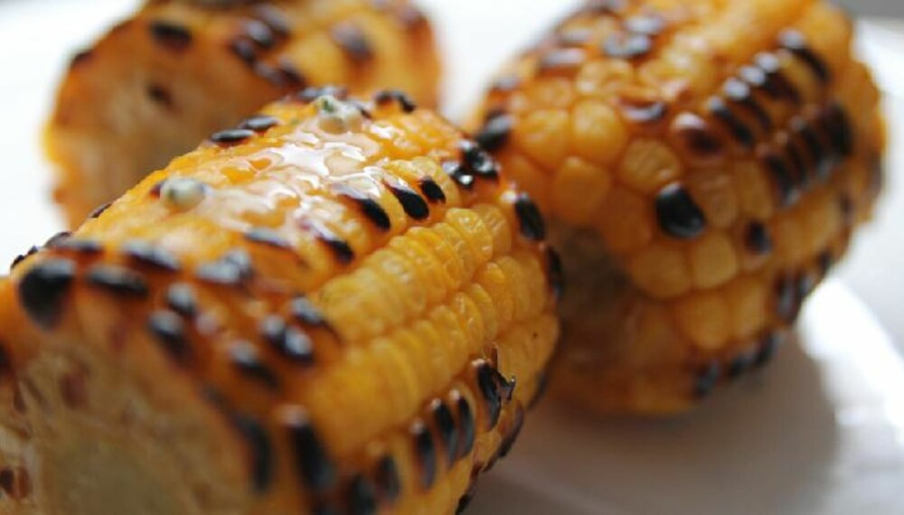 LETTVINT: Grillede maiskolber er kjempegodt, og så lettvint.
