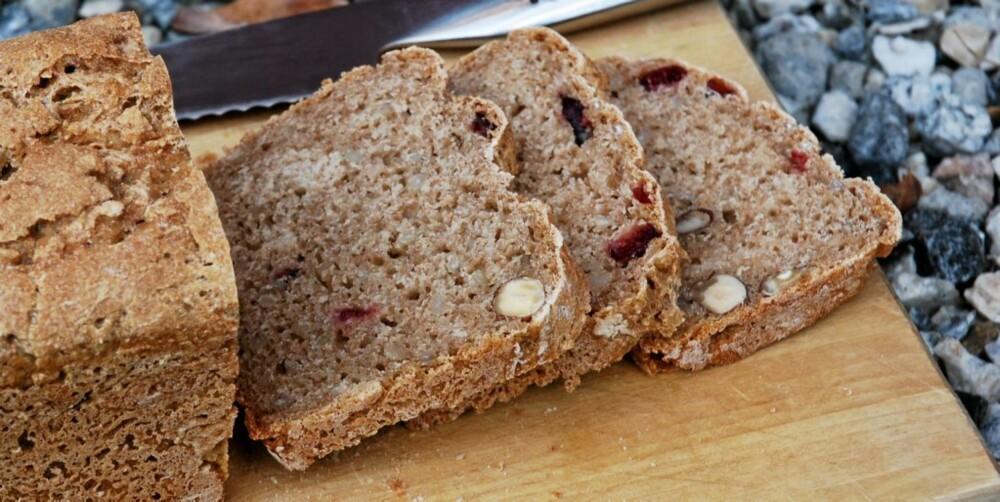 BYGG: Godt og næringsrikt byggbrød med tranebær og hasselnøtter.