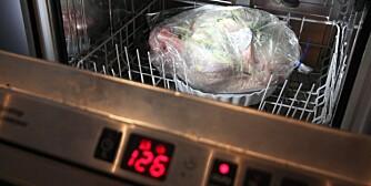 Kalkunen er i oppvaskmaskinen. Maskinen er programert på det lengste programmet med den høyeste varmen.
