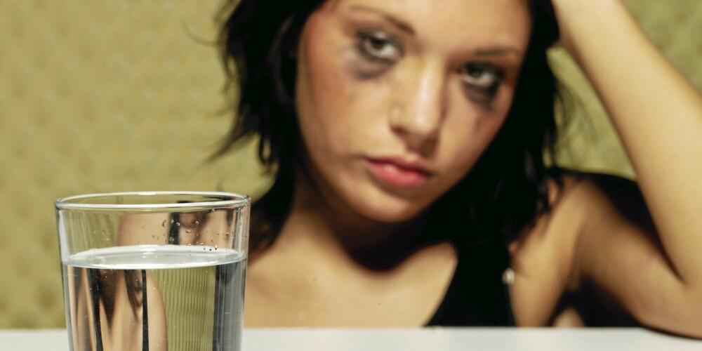 DRIKK VANN: Kroppen din er tappet for vann. Det gir hodepine og tørste.
