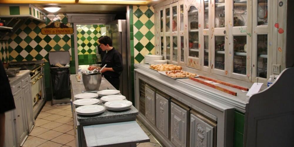 RESTAURANT I PROVENCE: Fra kjøkkenet på Brunos restaurant i Provence. Legge merke til flisene.