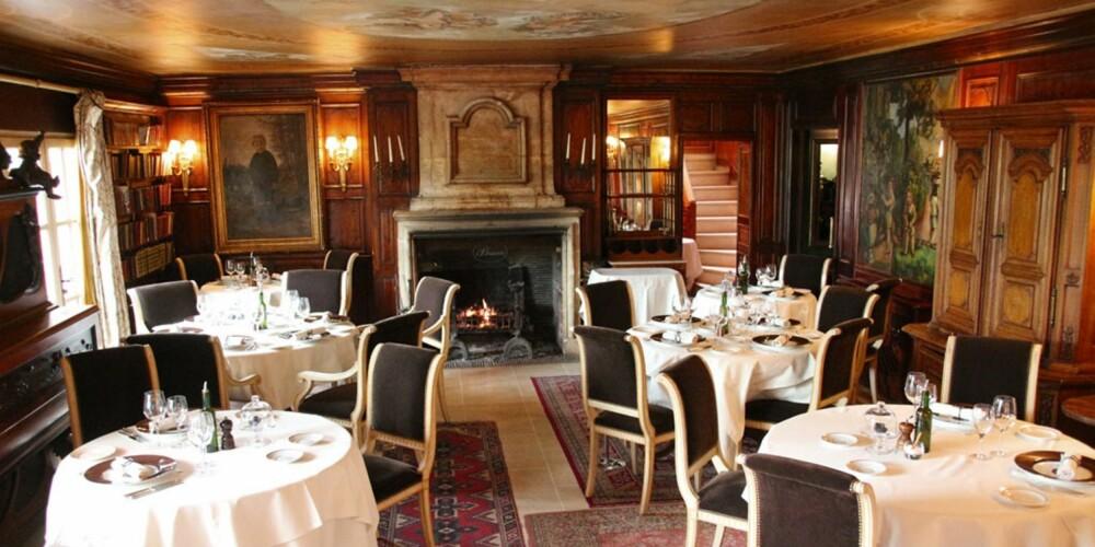 RESTAURANT I PROVENCE: Vakkert restaurantinteriør med peis og malerier.