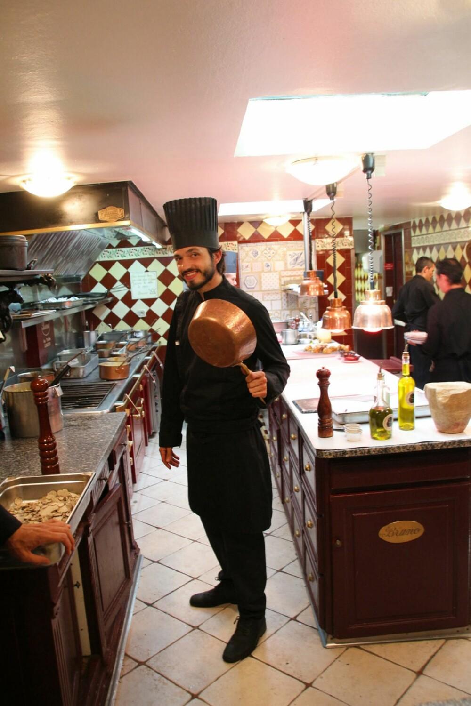 RESTAURANT I PROVENCE: Her poserer Bruno jr. som er kjøkkensjef. Hans bror er restaurantsjef.