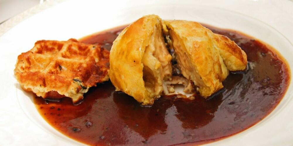 RESTAURANT I PROVENCE: Fois gras med en hel trøffel, bakt inn i en butterdeig, deretter lynhurtig fritert og så servert på en rødvinssaus. For anledning er det lagt til en liten vaffel.