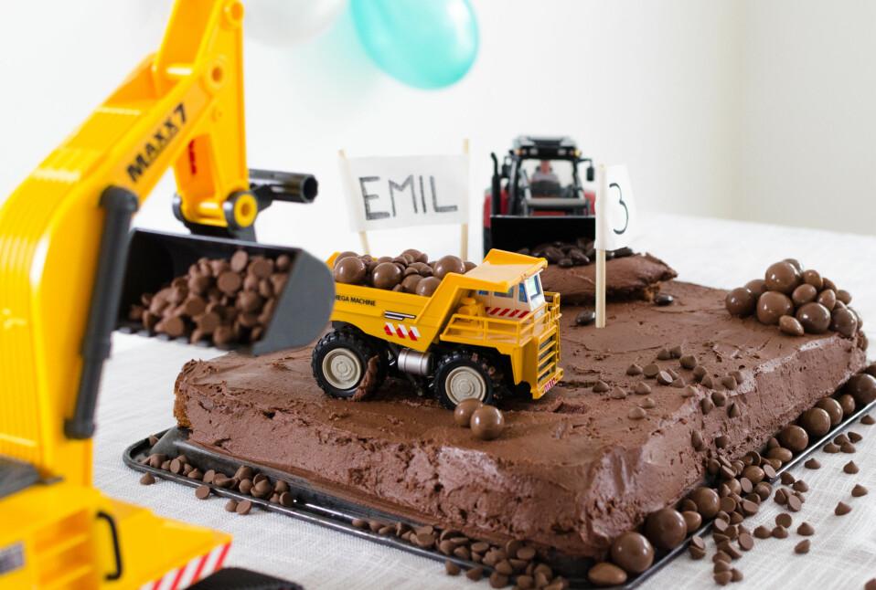 TRAKTORKAKE: Så enkelt, men stilig, kan bursdagskaken gjøres! Bruk podens leker til å sette oppå kaken. Kreativt og kult! FOTO: Tanja Reine.