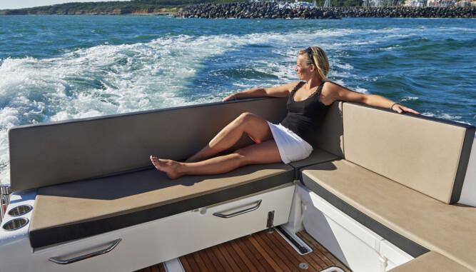 OGSÅ I FINVÆR: Fleksibel uteplass er en av båtens styrker. (FOTO: Jeanneau)