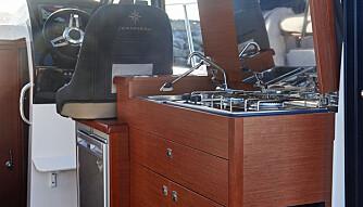 INNHOLDSRIK: Det skorter ikke på kjøkkenutstyret, men på tilberedningsplass. (FOTO: Jeanneau)