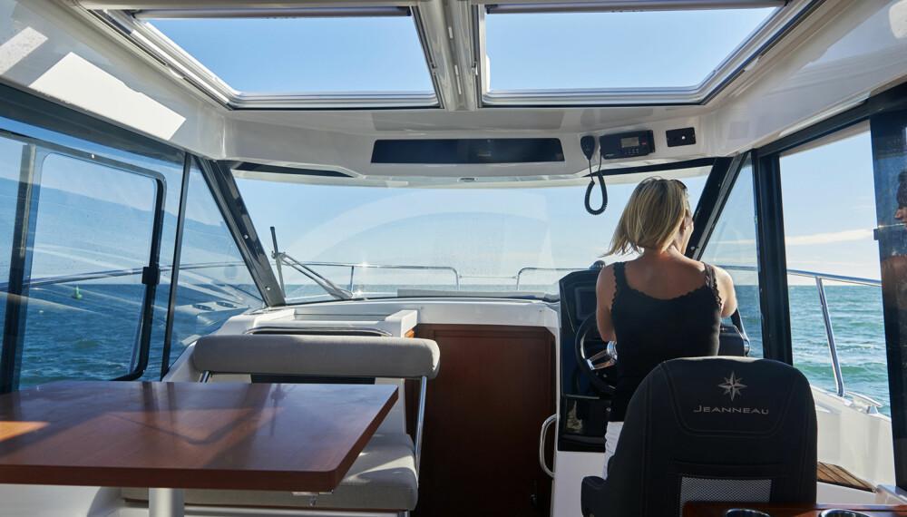 ÅPENT: Store vinduer, luker og dører gjør båten mer åpen enn man umiddelbart tenker seg. (FOTO: Jeanneau)