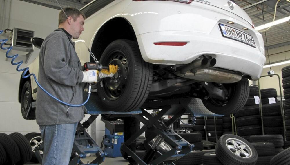 LIVSVIKTIGE: Dekkene er noe av det aller viktigste på en bil, og det lønner seg å gå for kvalitet.
