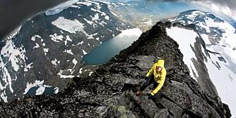 TÅLER ALT: Med skalljakke og skallbukse er du klar for både fjelltopp og regnskur.