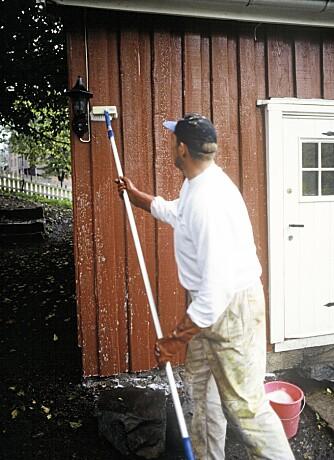 HUSVASK: Bruk heller kost og hageslange i stedet for høyttrykksspyler når husveggene skal rengjøres.