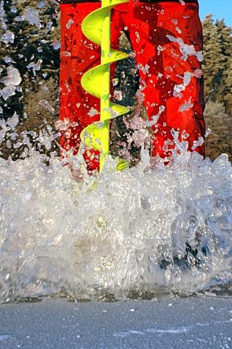HELT SKRUDD: Det viktigste i testen er hvor raskt og effektivt boret skrur seg gjennom isen.