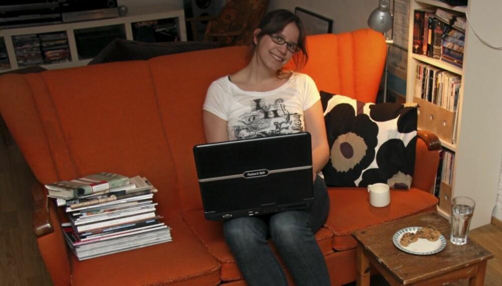 BLOGGER: Blogger og journalist Astrid Hagen på jobb i egen stue.
