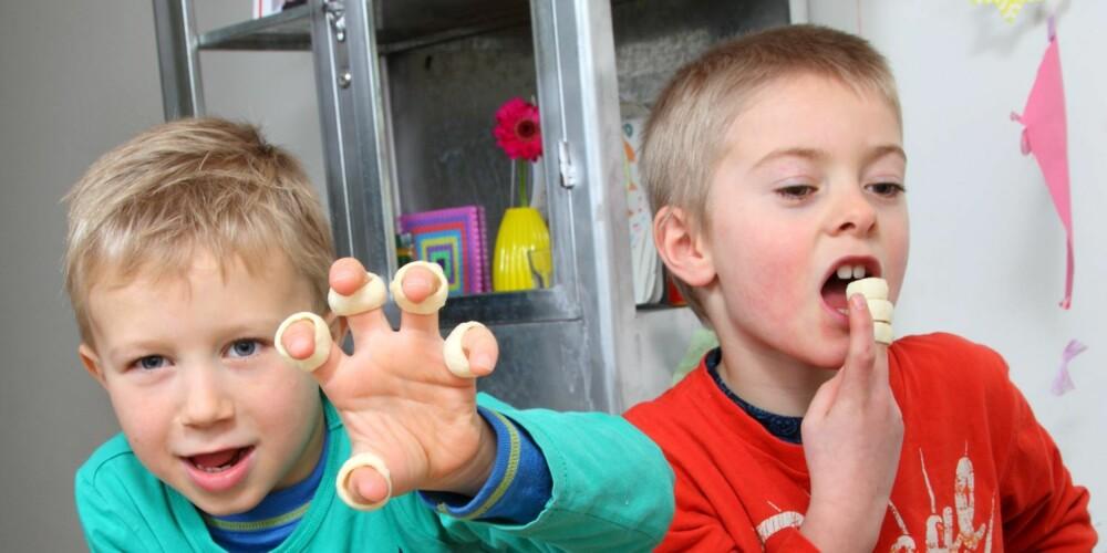 LEKER MED MATEN: Sprømix får plusspoeng fra testpanelet fordi posen inneholder potetringer man kan putte på fingrene.