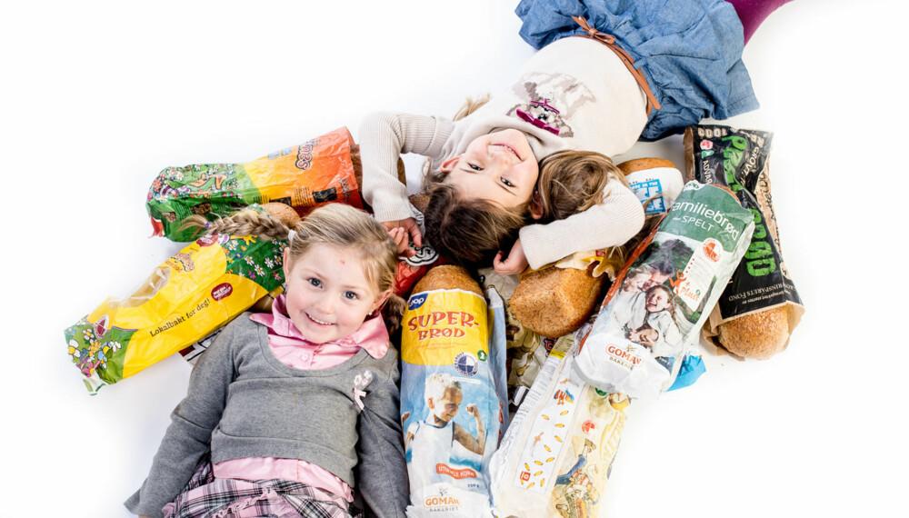 """TEST AV BARNEBRØD: Angelica (5) og Isabella (6) """"bader"""" i brød. Morsomt!"""