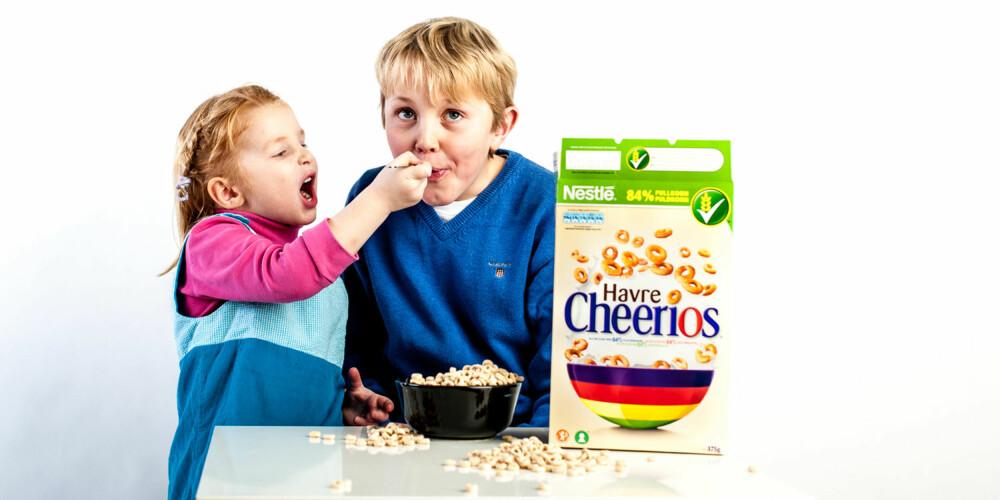 GAP OPP: Sånn, så får storebror maten sin!