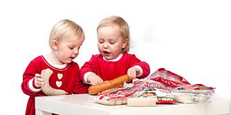 ER DENNE GOD, MONTRO?: Barnehagevennene Mikkel og Frida tar for seg av pølsefatet.