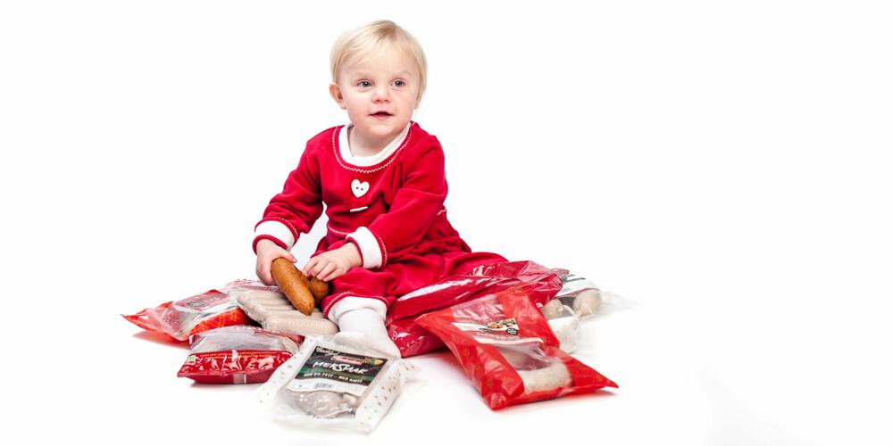 PIKEN MED PØLSENE: Lille Frida syntes julepølsene var mer stas enn nissekjolen.