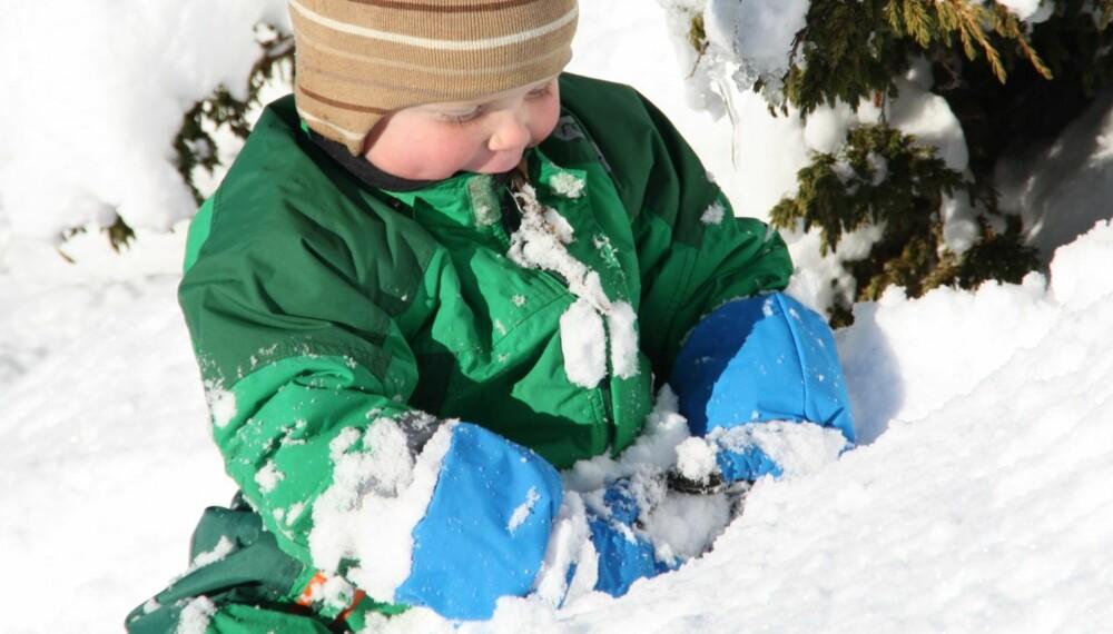 TEST AV VINTERVOTTER: Fem testfamilier har testet 9 ulike typer vintervotter for barn. Mathias Thyve i full gang med testingen.